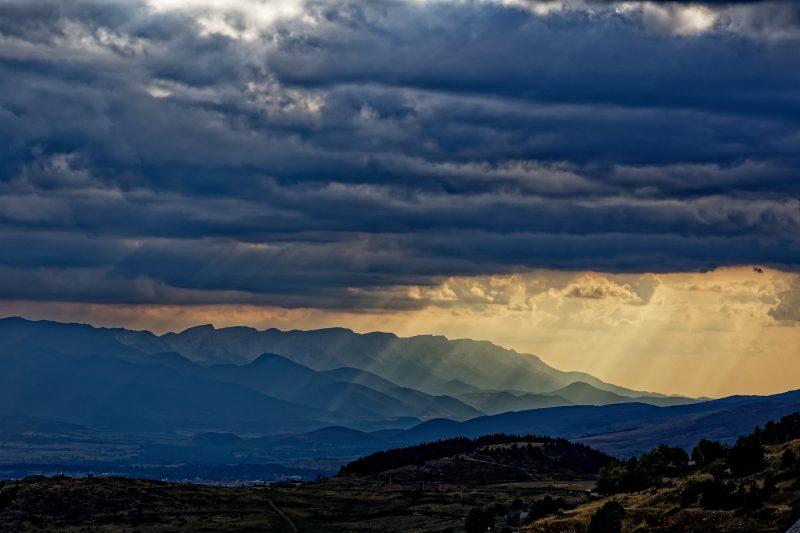 Paysage de montagne sous le soleil